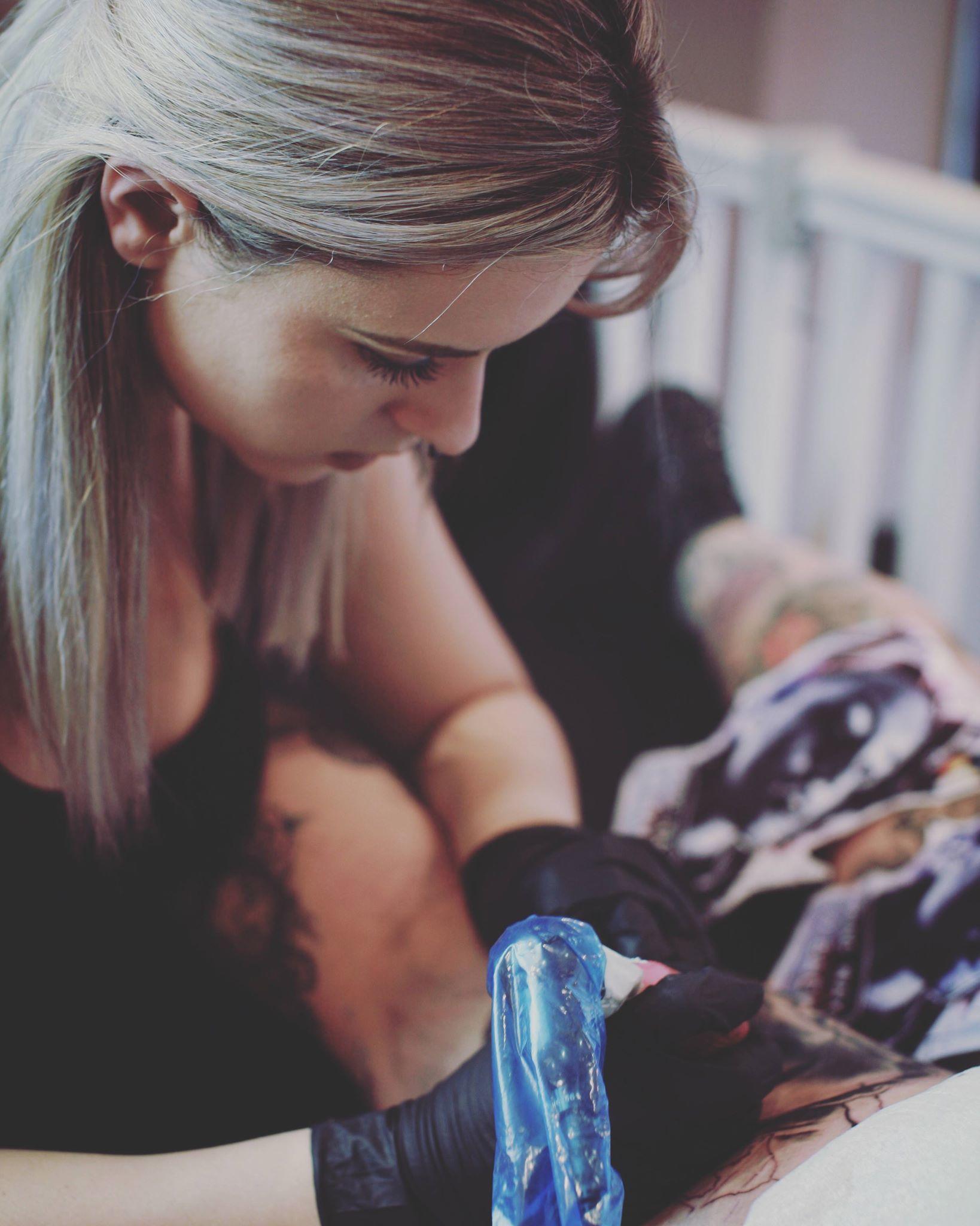 Már viszonylag fiatalon elkezdett foglalkoztatni a tetováltatás és testékszerek.